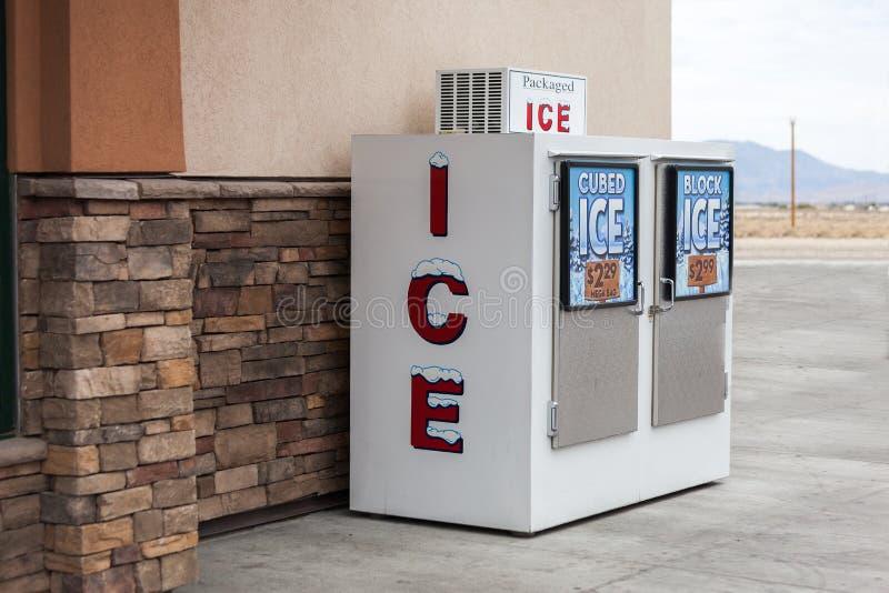 Pakuję cubed lodowej maszyny dystrybutoru obraz royalty free