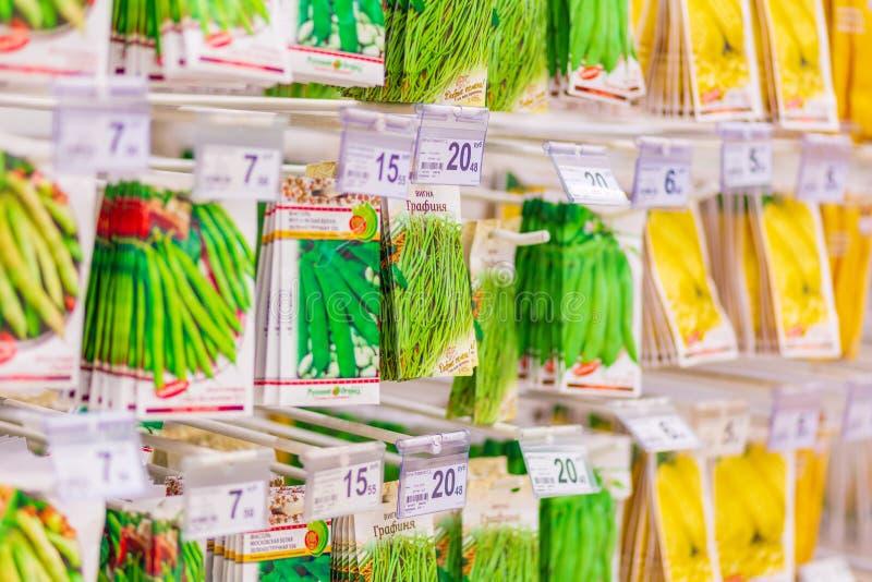 Pakunki z ziarnami rośliny w sklepie Tekst w rosjaninie: basil wczesny, fragrant, wiosna, goździkowa, warzywo obrazy stock