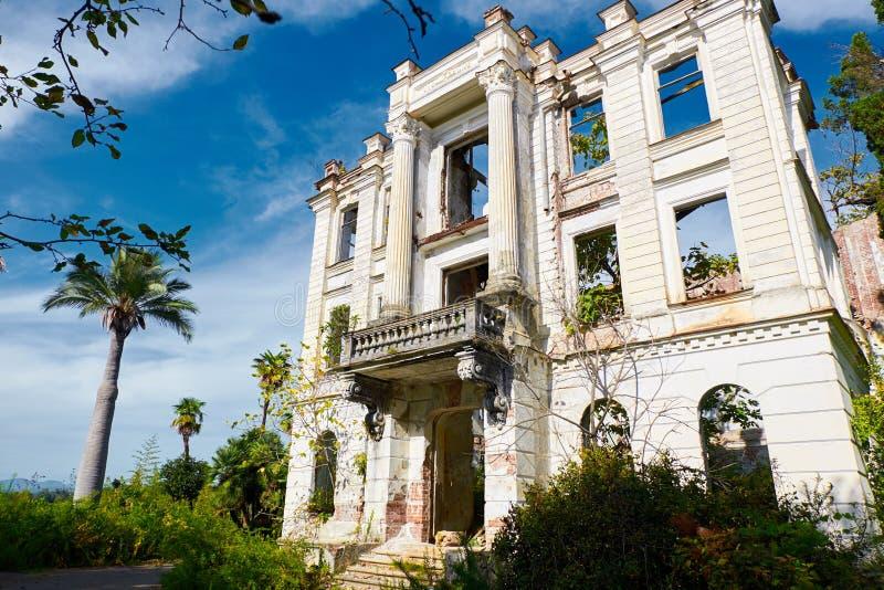Palácio abandonado do príncipe Smetsky no jardim tropico bonito da palma construído em 1913, a Abkhásia fotos de stock royalty free
