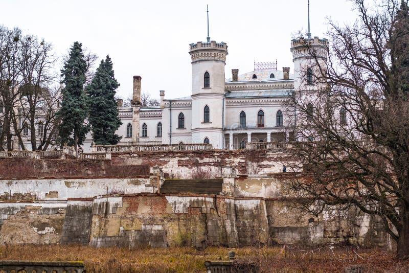 Palácio abandonado velho na região de Kharkov, Ucrânia de Sharovsky fotos de stock royalty free