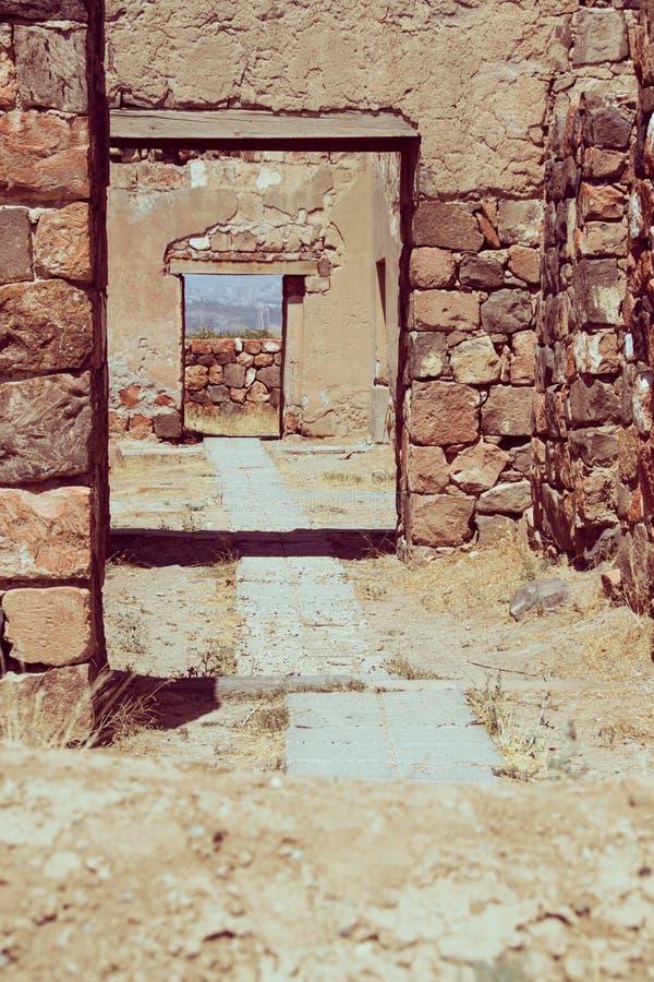 Palácio antigo arruinado da entrada de pedra, vintage tonificado foto de stock royalty free
