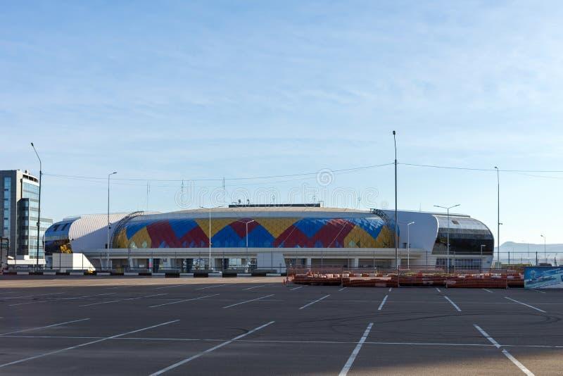 Palácio Crystal Ice Arena dos esportes na rua de Partizana Zheleznyaka com uma plataforma karting no primeiro plano foto de stock royalty free