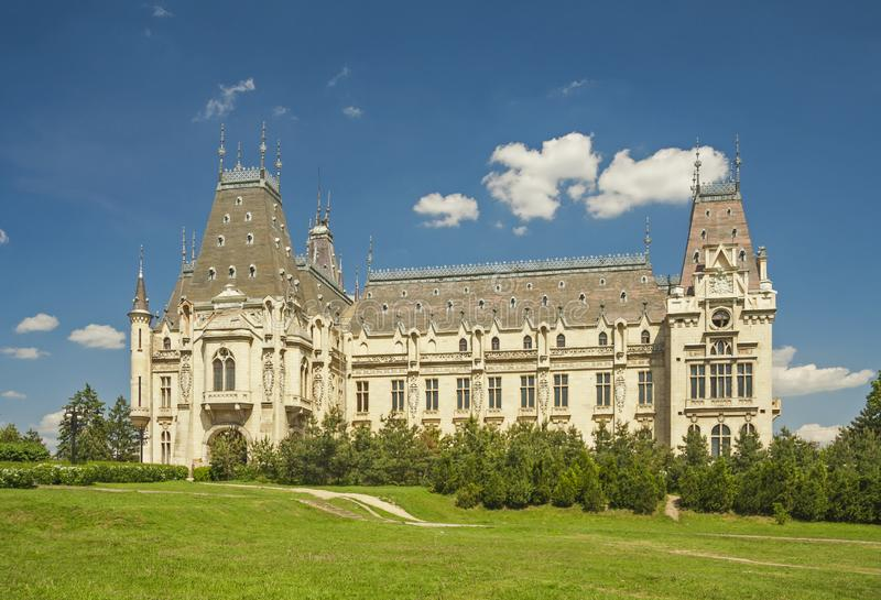 Palácio cultural em um gramado Iasi, Rom?nia fotografia de stock royalty free