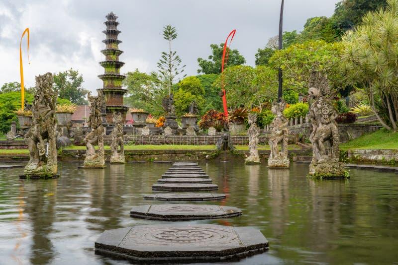 Palácio da água de Tirta Gangga, Karangasem, Indonésia Palácio bonito popular da água com fontes e os demônios hindu tradicionais foto de stock royalty free