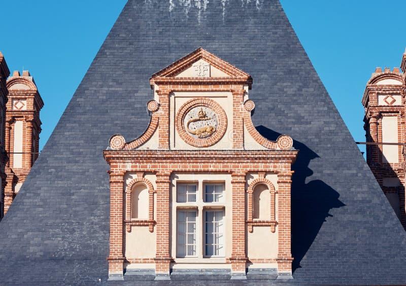 Palácio da fachada de Fontainebleau na luz do dia fotografia de stock
