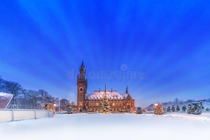 Palácio da paz, Vredespaleis, sob a neve foto de stock