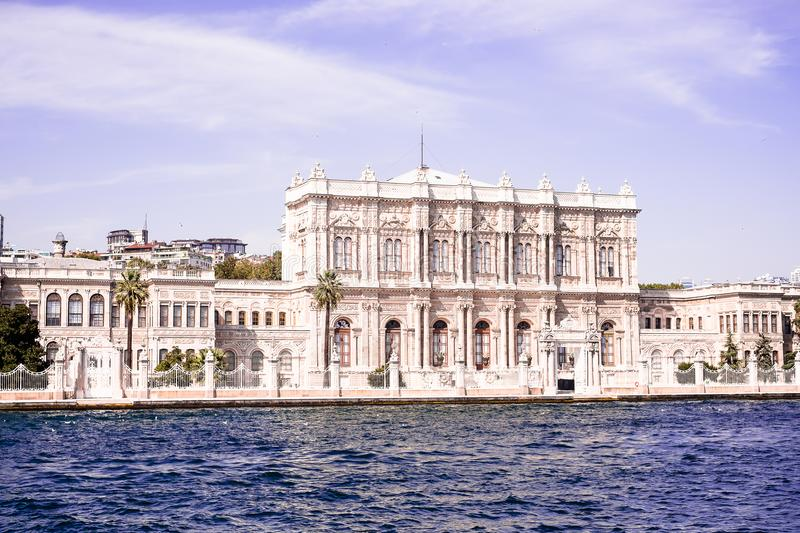 Palácio de Dolmabahce como visto do Bosphorus situado no distrito de Besiktas de Istambul, Turquia na costa europeia do Bos fotos de stock