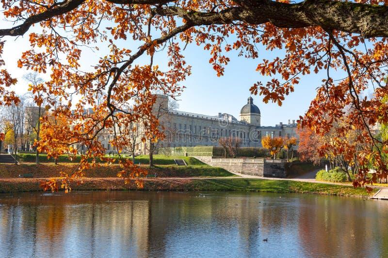 Palácio de Gatchina e parque no outono, Rússia imagem de stock royalty free