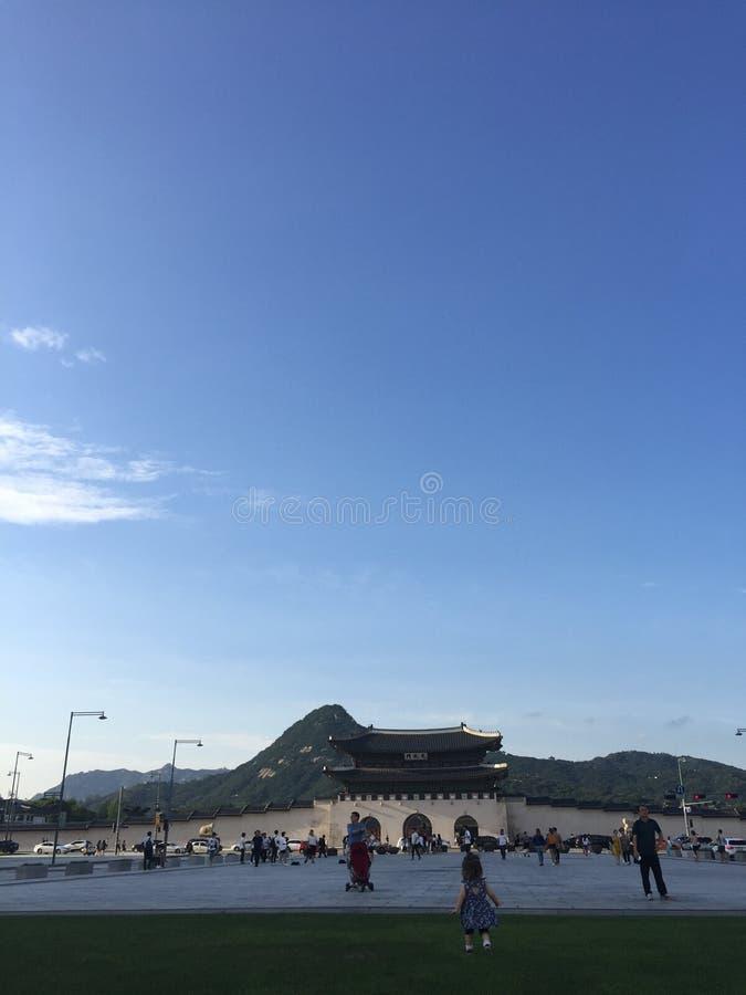 Palácio de Gyeongbokgung na frente da montanha fotos de stock royalty free