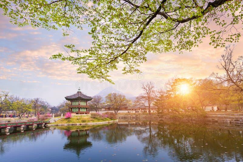 Palácio de Gyeongbokgung na mola, Coreia do Sul imagens de stock