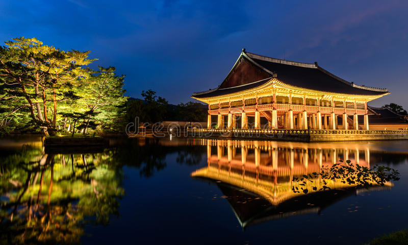 Palácio de Gyeongbokgung na noite fotografia de stock