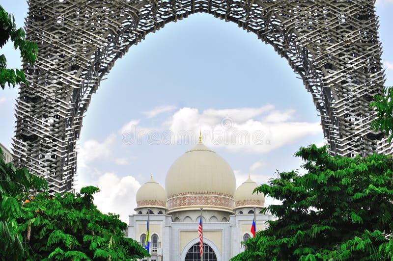 Palácio de justiça dentro do arco imagens de stock