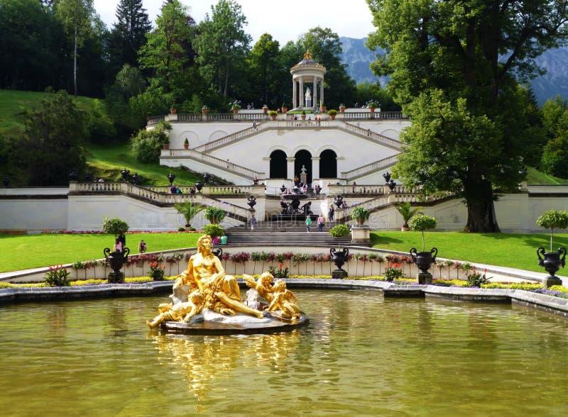 Palácio de Linderhof, fonte dourada com flora da deusa e Puttos, Baviera, Alemanha fotos de stock royalty free
