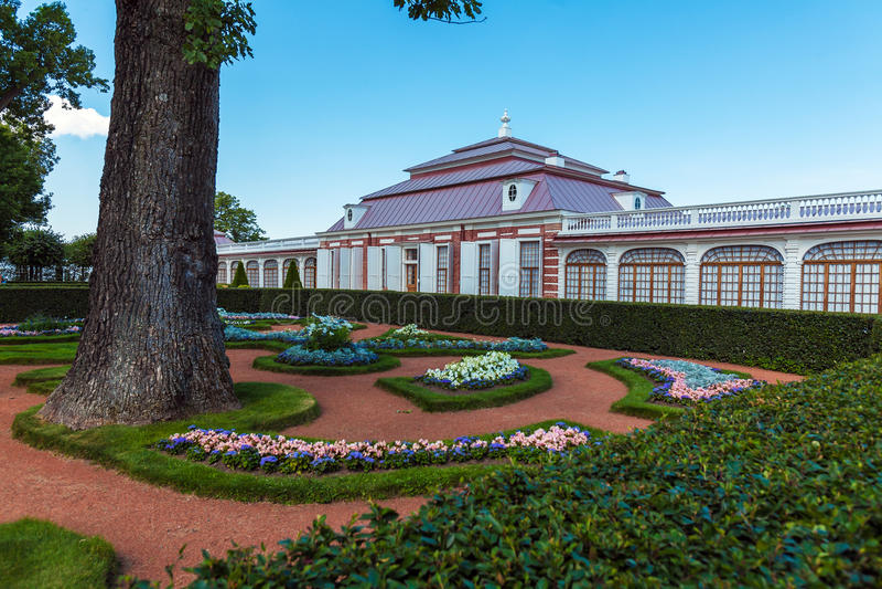 Palácio de Monplaisir de Peter o grande em Peterhof, Saint Petersbu foto de stock