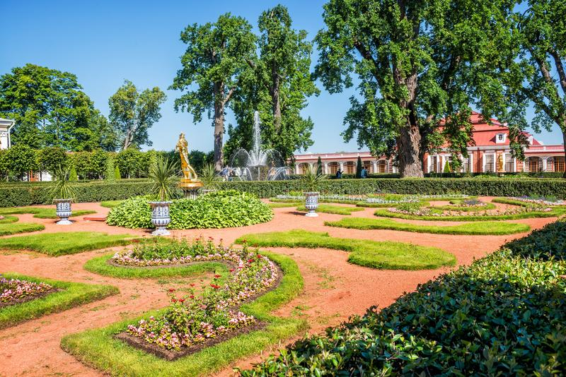 Palácio de Monplaisir em Peterhof imagem de stock