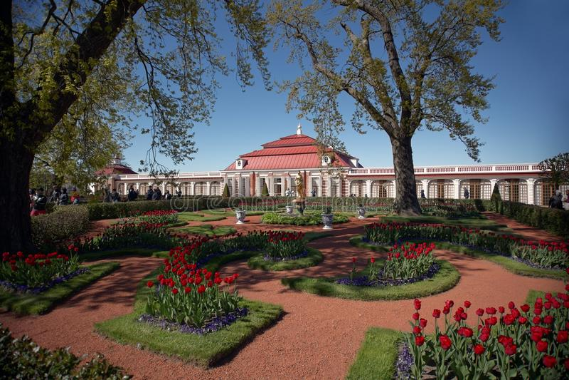 Palácio de Monplaisir em Peterhof, St Petersburg, Rússia fotografia de stock royalty free