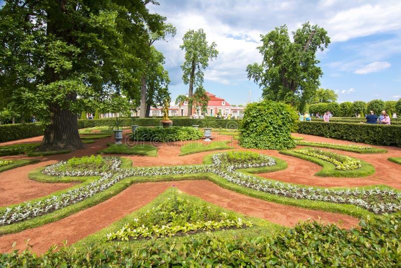 Palácio de Monplaisir no mais baixo parque de Peterhof, St Petersburg, Rússia foto de stock royalty free