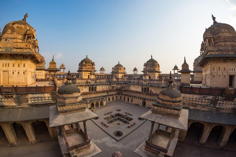 Palácio de Orchha, interior com pátio e carvings da pedra, luminoso Orcha igualmente soletrado, destino famoso do curso em Madhya imagem de stock royalty free