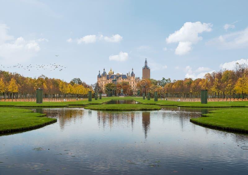 Palácio de Schwerin e jardim do palácio fotografia de stock royalty free