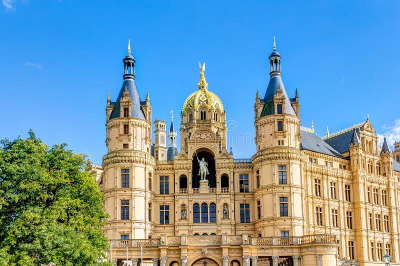 Palácio de Schwerin no estilo romântico da arquitetura do Historicism fotos de stock