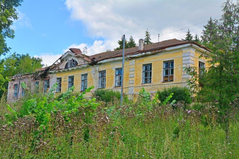palácio de viagem Metade-arruinado de Catherine The Great na cidade de Torzhok, Rússia imagens de stock royalty free