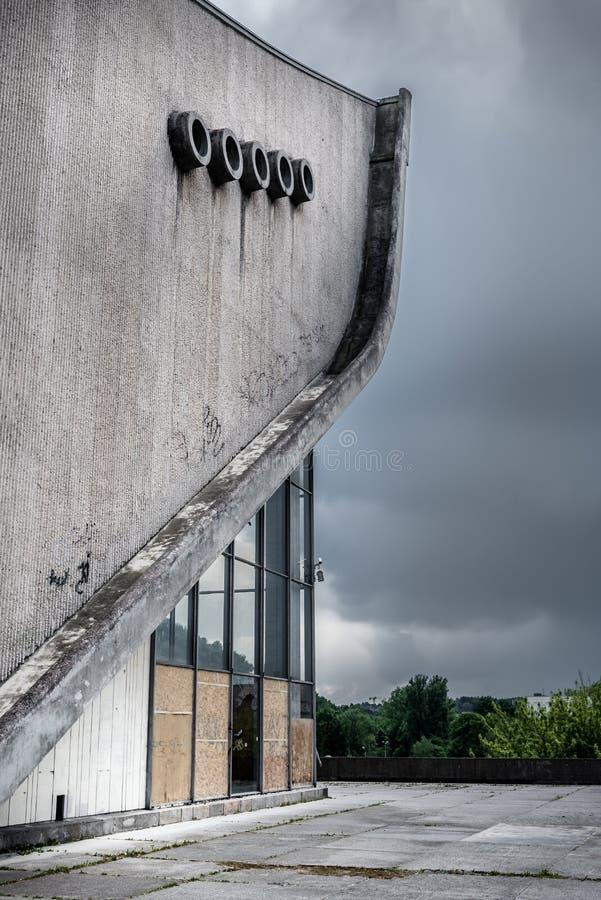 Palácio de Vilnius dos concertos e dos esportes abandonados fotografia de stock
