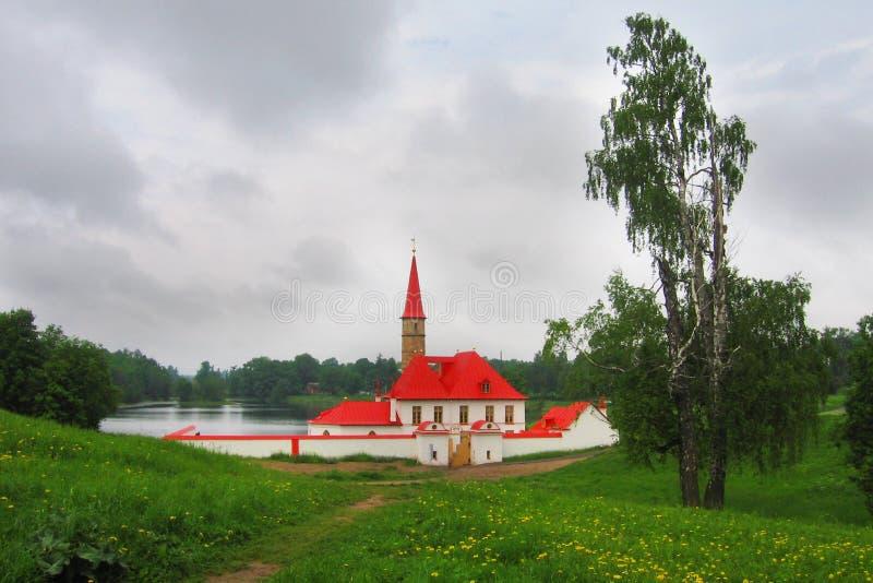 Palácio do convento no lago preto Gatchina Subúrbio de St Petersburg Rússia imagem de stock