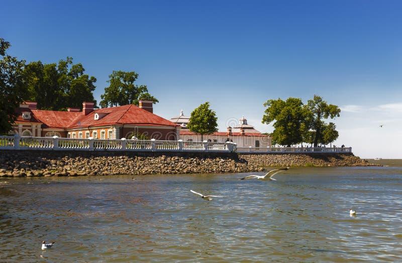 Palácio do Golfo da Finlândia, Peterhof de Monplaisir, foto de stock royalty free