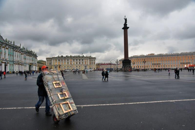 Palácio do inverno do museu de eremitério e quadrado de Dvortsovaya em St Petersburg, Rússia fotografia de stock