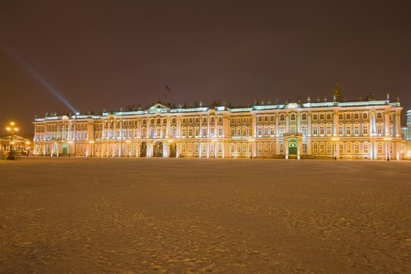Palácio do inverno na noite de janeiro St Petersburg imagem de stock