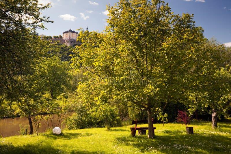 Palácio Dornburg que negligencia um parque idílico fotografia de stock