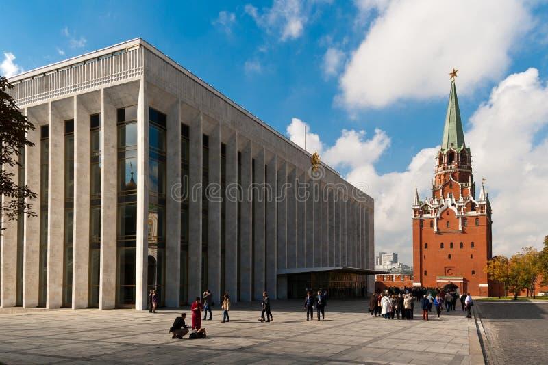 Palácio dos congressos, torre do Kremlin de Troitskaya imagens de stock royalty free