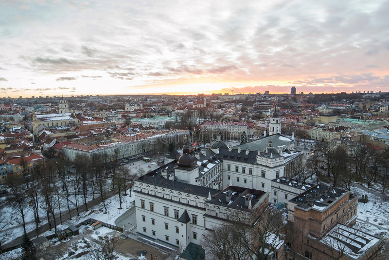 Palácio dos duques grandes da cidade velha de Lithuania e de Vilnius no por do sol foto de stock