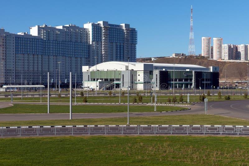 Palácio dos esportes da arena do gelo da platina nos alvoreceres quietos da vizinhança da cidade de Krasnoyarsk, construídos para foto de stock royalty free