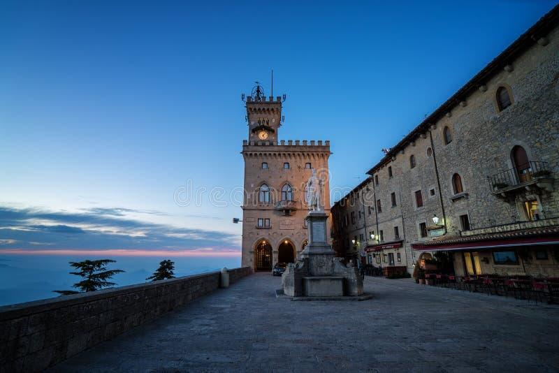 Palácio e estátua de liberdade públicos em San Marino Italy imagem de stock