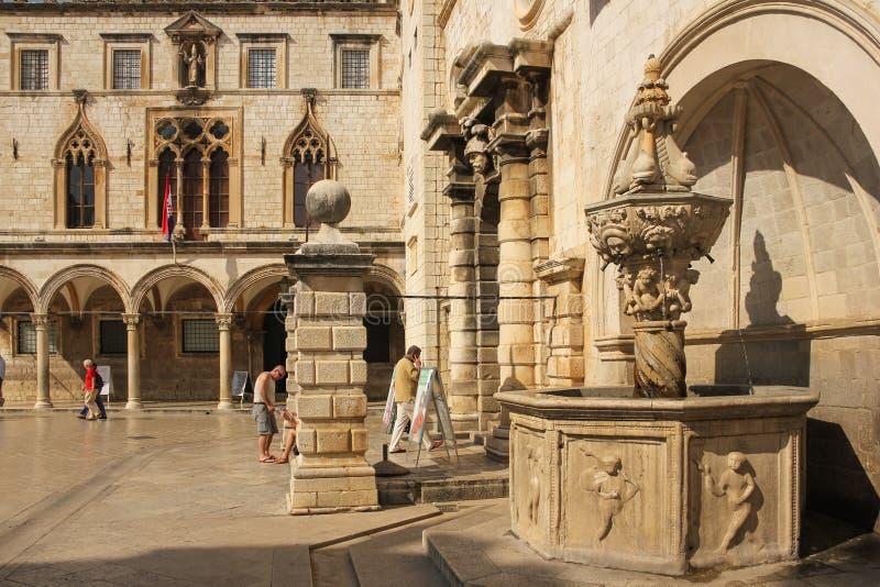 Palácio e fonte de Sponza dubrovnik Croácia imagens de stock