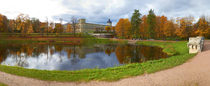 Palácio e lagoa de Gatchina do outono. St Petersburg imagem de stock