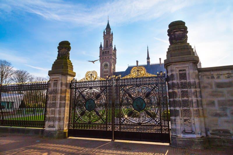 Palácio e porta da paz em Haia, Países Baixos durante o por do sol imagens de stock