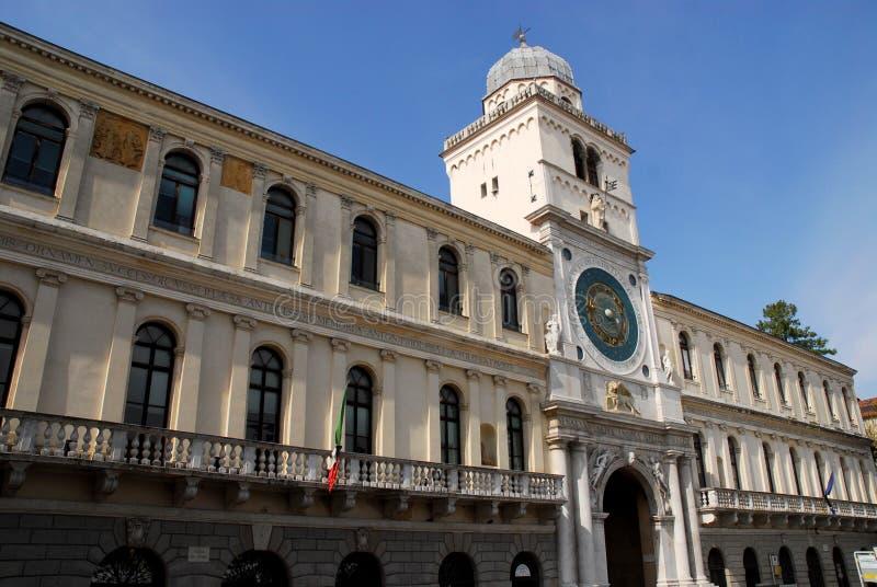 Palácio e torre de pulso de disparo bonita em Pádua no Vêneto (Itália) fotos de stock