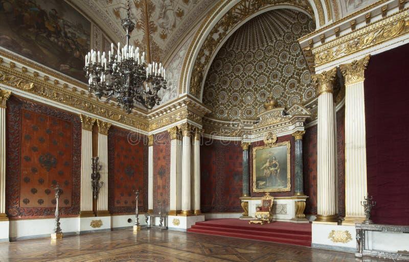 Palácio e trono imperiais em St Petersburg com paredes do ouro fotografia de stock royalty free