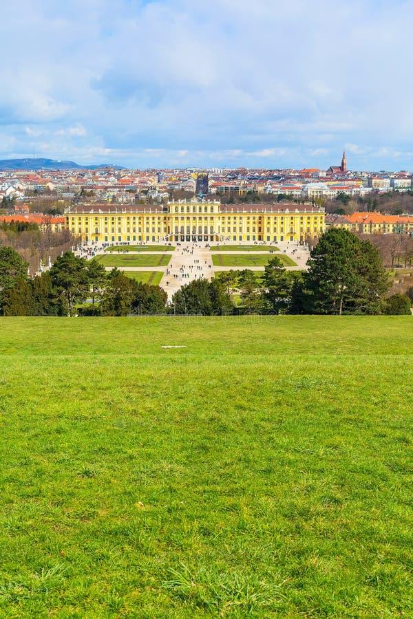 Palácio e turistas de Schonbrunn que andam ao redor foto de stock