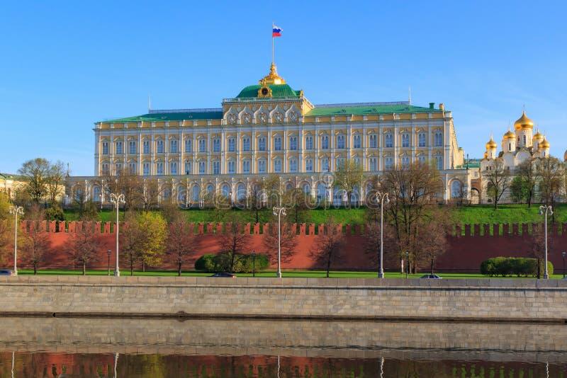 Palácio grande do Kremlin no fundo da terraplenagem de Kremlevskaya em Moscou em uma manhã ensolarada da mola foto de stock royalty free