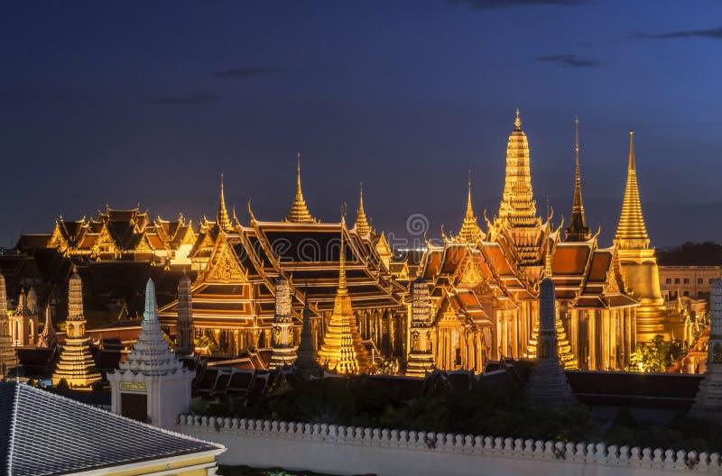Palácio grande Emerald Buddha Wat Phra Kaew do curso do templo de Tailândia no céu azul crepuscular do tráfego em Banguecoque, Ta imagem de stock