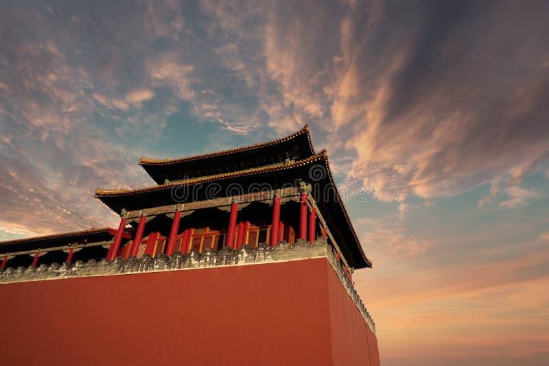 Palácio imperial histórico com céu crepuscular fotos de stock