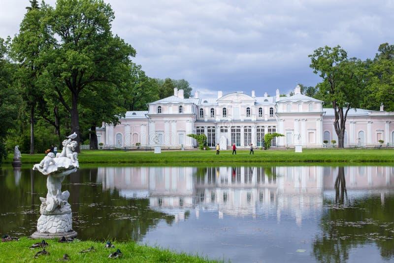 Palácio na cidade de Lomonosov, Rússia imagens de stock