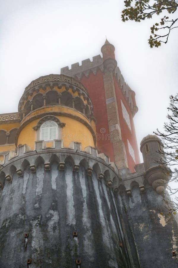 Palácio nacional de Pena encoberto com névoa, marco famoso, Sintra, foto de stock