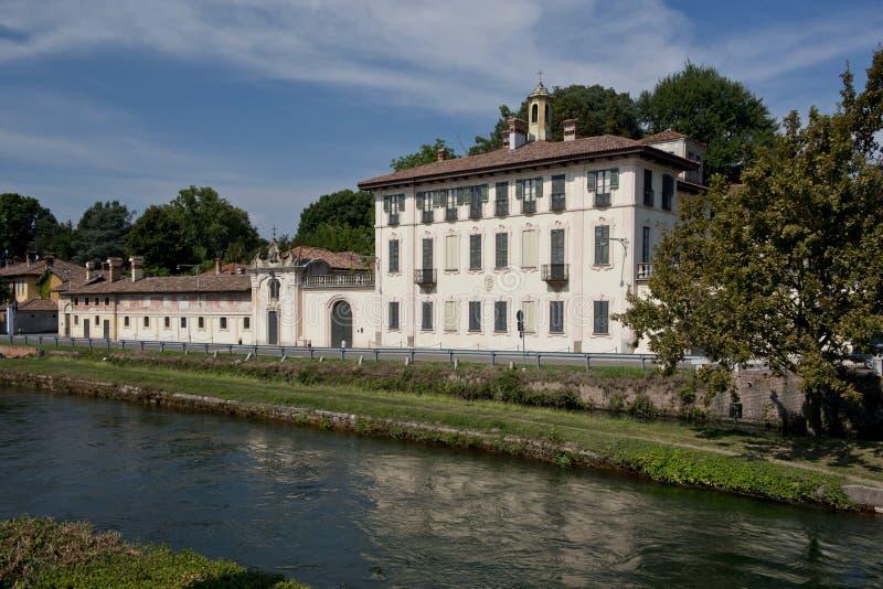 Palácio no riverbank em Cassinetta di Lugagnano foto de stock royalty free