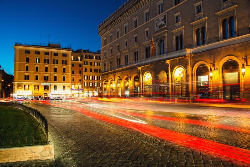 Palácio /Palazzo Venezia/de Venezia - o palácio de Victor Emmanuel no quadrado /Piazza Venezia/de Venezia em Roma, Itália na noit imagem de stock