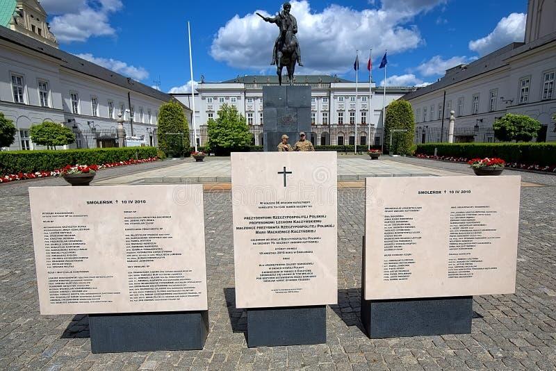 Palácio presidencial com o monumento do desastre em Smolensk em Varsóvia, Polônia fotos de stock