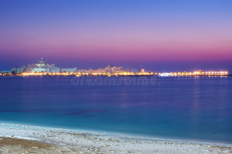 Palácio presidencial em Abu Dhabi no por do sol imagens de stock
